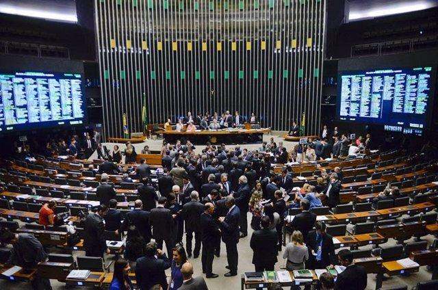 Brasil.-El Gobierno exige la dimisión de un senador después de que metiera diner