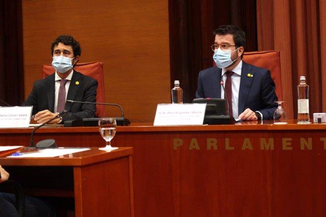 Pla mitjà dels consellers en funcions Damià Calvet i Pere Aragonès, durant la comissió de Territori del Parlament. Foto del 15 d'octubre del 2020 (horitzontal).
