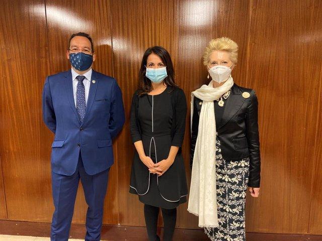 De izquierda a derecha: José Luis Cobos, vicesecretario general del Consejo General de Enfermería; Silvia Calzón, secretaria de Estado de Sanidad y Pilar Fernández, vicepresidenta del Consejo General de Enfermería.