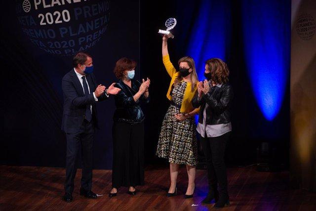 La escritora Eva García Sáenz de Urturi eleva su premio tras ser galardonada con el Premio Planeta 2020 por su novela 'Aquitania'