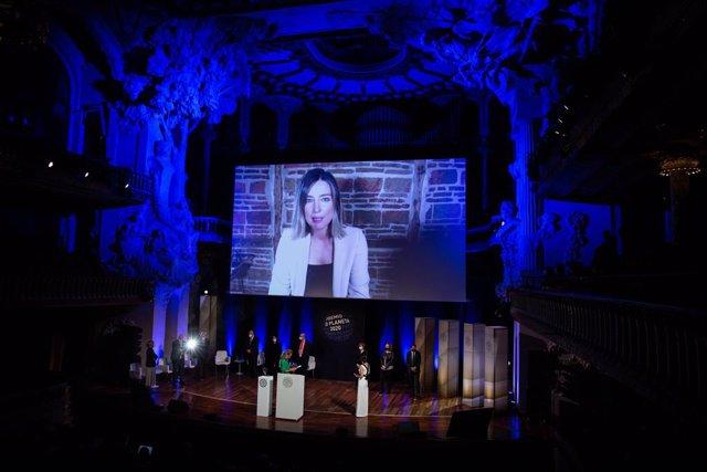 La escritora Sandra Barneda, finalista del Premio Planeta 2020 por su novela 'Un océano para llegar a ti', atiende de forma telemática la ceremonia de entrega del Premio Planeta de Novela 2020, en Barcelona, Catalunya (España) a 15 de octubre de 2020