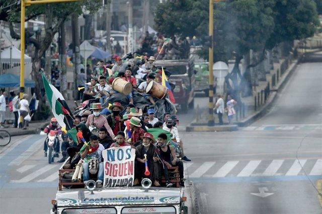"""Indígenas colombianos viajan en un autobús en su camino hacia Bogotá como parte de la """"minga""""."""