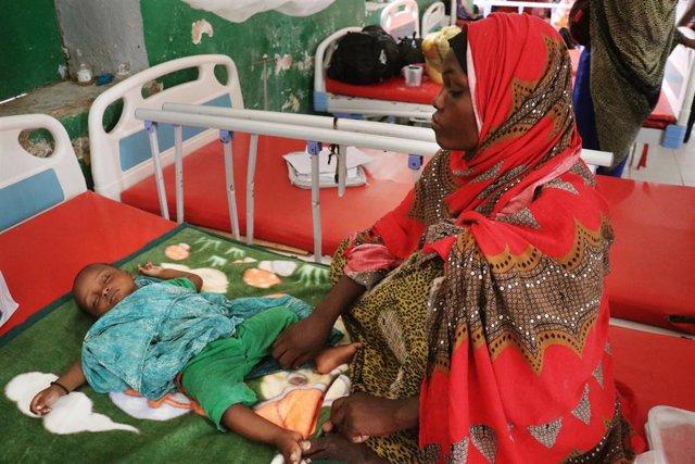 Un niño desnutrido con su madre en un hospital apoyado por MSF en Galkayo (Somalia)