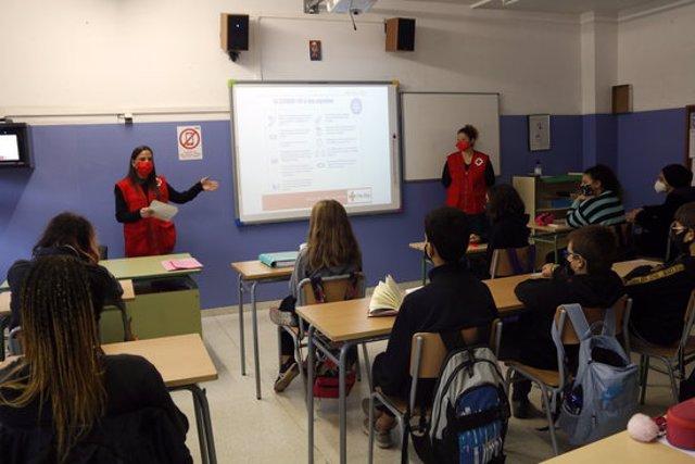 Pla general d'una classe de Manlleu amb voluntàries de la Creu Roja el 16 d'octubre del 2020. (horitzontal)
