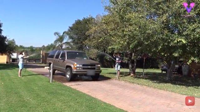 La familia de un piloto jubilado recrea en el 'Saludo de agua' en el jardín de su casa