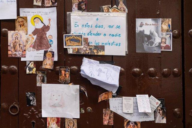 Dibujos en la puerta del convento de Sor Ángela de la Cruz, aislado por coronavirus, colocados por niños del barrio