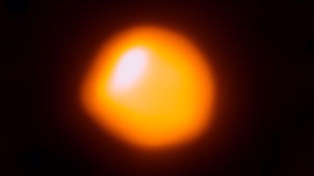 La superestrella Betelgeuse no es tan grande y está más cerca
