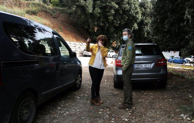 Pla mitjà de la vigilant parlant amb l'alcaldessa del Montseny, Núria Masnou. Imatge de l'11 d'octubre del 2020. (Horitzontal)