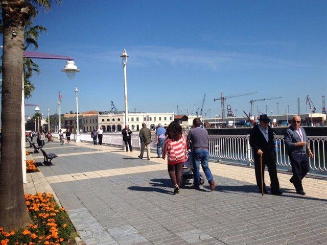 Gente paseando por Santurtzi (Bizkaia).