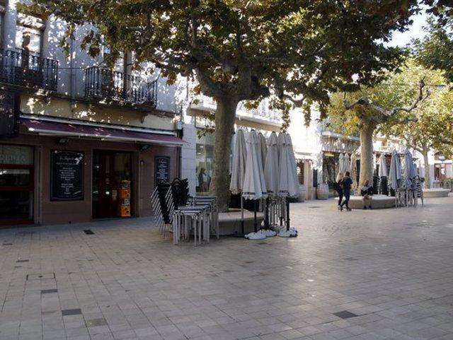 Pla general de terrasses recollides a la plaça Major de Mollerussa el dia que ha entrat en vigor el decret de restriccions a restauració i comerç, el 16 d'octubre de 2020. (Horitzontal)