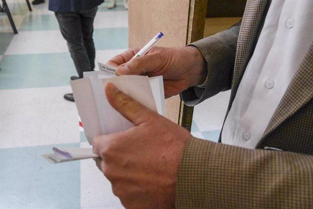 Autoridades simulan votacion y revisan medidas sanitarias para el plebiscito en Chile