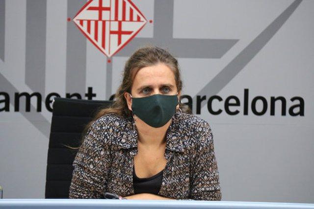 Pla mitjà de la regidora de Salut, Envelliment i Cures de l'Ajuntament de Barcelona, Gemma Tarafa, en roda de premsa. 16 d'octubre del 2020. (Horitzontal)
