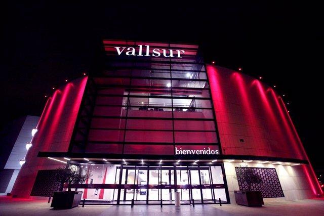 Iluminación de rosa de la fachada de Vallsur por el Día Mundial contra el Cáncer de Mama