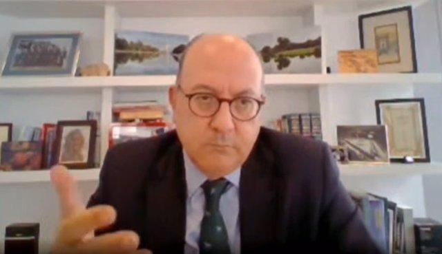 El presidente de la Asociación Española de Banca (AEB), José María Roldán, en el curso 'El sistema financiero y la crisis del Covid-19' organizado por APIE y BBVA en Santander.