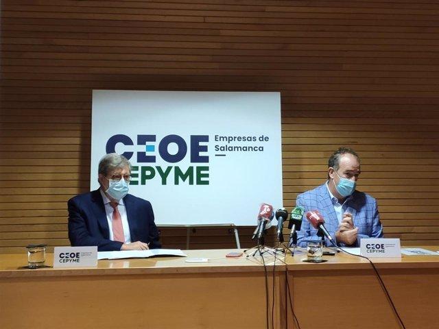 El presidente de Cecale, Santiago Aparicio (i), junto al presidente de Confaes, Juan Manuel Gómez (d), en Salamanca.
