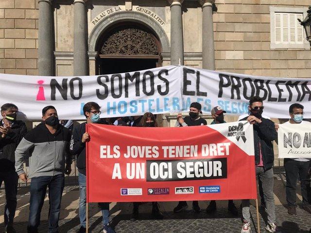 Unes 300 persones protesten a la plaça Sant Jaume pel tancament de l'oci nocturn i la restauració del Govern per contenir el coronavirus. Barcelona, Catalunya (Espanya),16 d'octubre del 2020.