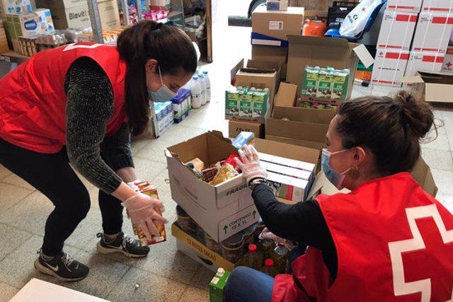 Dues voluntàries de la Creu Roja preparant aliments per a persones vulnerables, en una imatge cedida aquest 16 d'octubre del 2020. (Horitzontal)
