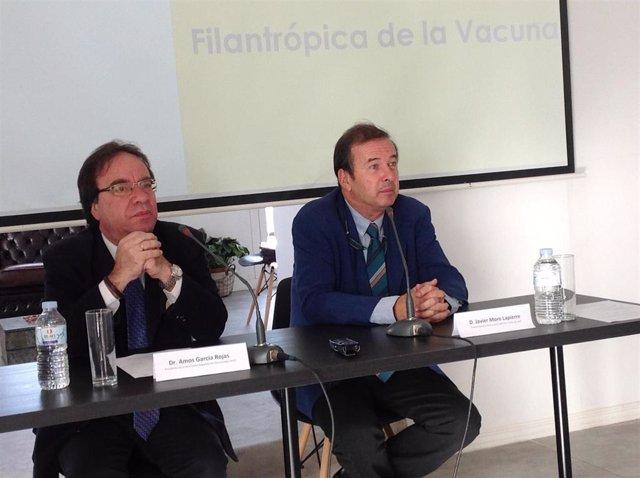"""Dr. Amós García Rojas, presidente de la Asociación Española de Vacunología (AEV) y Javier Moro, Premio Planeta 2011 y autor del libro """"A flor de piel"""""""