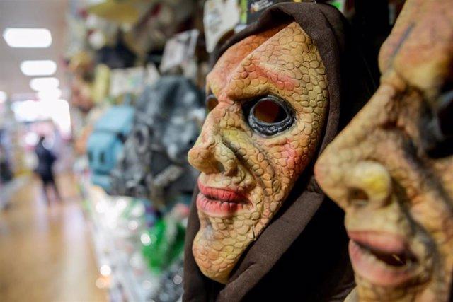 Máscaras de ogro en una tienda, en Madrid (España)