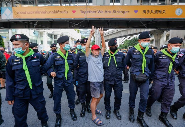 Tailandia.- El primer ministro de Tailandia se aferra al cargo frente a las prot