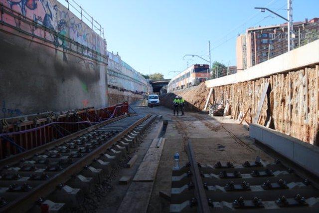 Pla obert del punt on s'han de fer les últimes obres per unir les vies de la R1 que permetin la circulació dels trens per l'interior de la nova estació de La Sagrera. Imatge del 16 d'octubre de 2020. (Horitzontal)