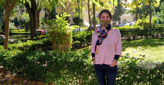 Estefanía Custodio, investigadora del Centro Nacional de Medicina Tropical (CNMT), en los jardines del Campus de Chamartín del ISCIII.