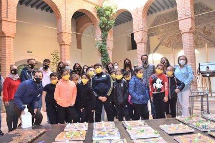 Una exposición muestra en el Museo Arqueológico de Badajoz fotos de escolares ante elementos del patrimonio de la ciudad
