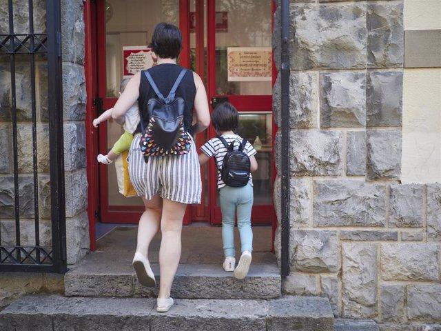 Durante el primer día de colegio del curso escolar 2020-2021, una madre entra con sus hijos al Colegio Público Víctor Pradera en Pamplona, Navarra (España), a 4 de septiembre de 2020. Desde que finalizase el pasado curso por la COVID-19, el departamento d