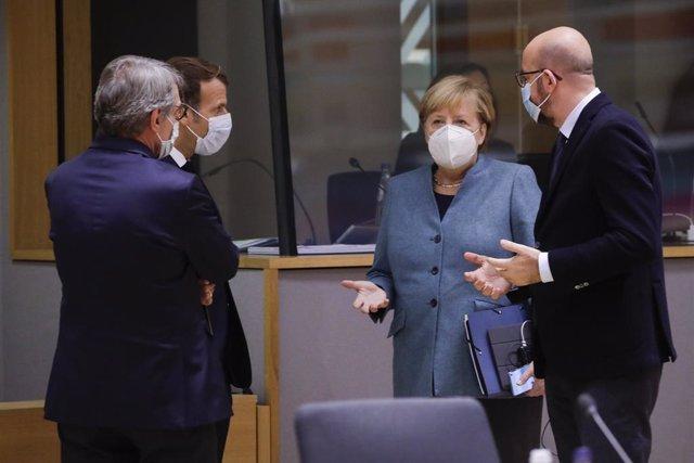 Emmanuel Macron, Angela Merkel i Charles Michel.