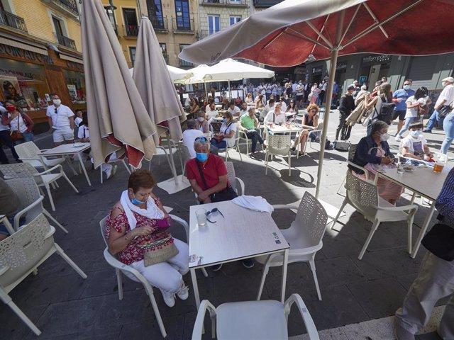 Varias personas almuerzan en las inmediaciones de la Plaza del Consistorio en el momento en el que de celebrarse los Sanfermines 2020 hubiera tenido lugar el famoso chupinazo, en Pamplona, Navarra (España), a 5 de julio de 2020.