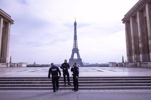 Policías con la Torre Eiffel al fondo en París, Francia