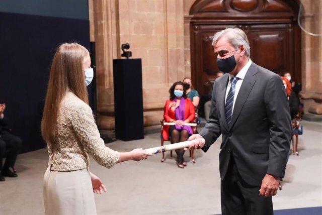 Carlos Sainz recoge el Premio Princesa de Asturias de los Deportes de manos de la Princesa de Asturias