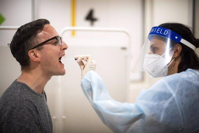 Coronavirus.- Reino Unido constata un leve descenso de los casos diarios de coro