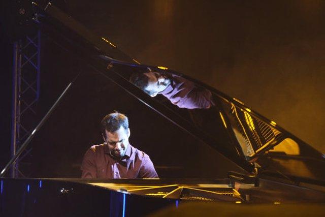 El pianista Xavi Torres durant el concert inaugural de la 22a edició de l'Alhambra Festival Jazz Vic, el 16 d'octubre del 2020. Pla general. (Horitzontal)
