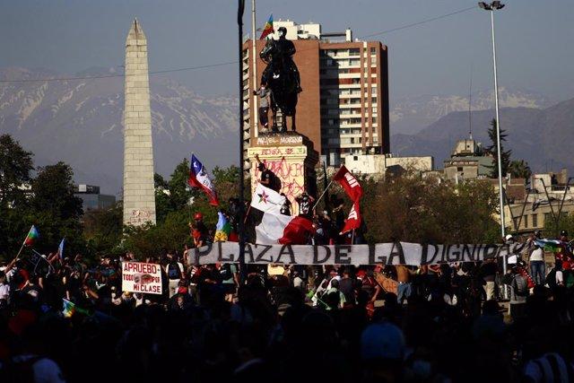 Chile.- Manifestantes pintan de rojo la estatua del general Baquedano de Plaza I