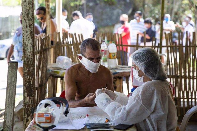 Un hombre se hace una prueba de detección rápida de coronavirus en las afueras de Río de Janeiro