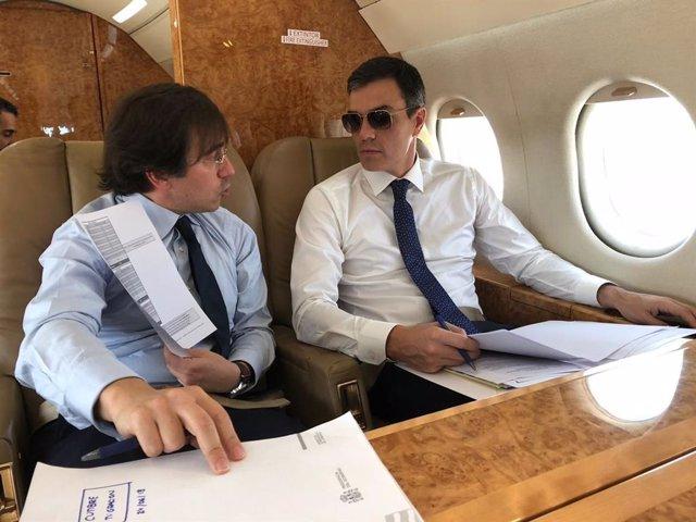 El presidente del Gobierno, Pedro Sánchez, con un colaborador en el avión oficial