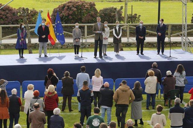 """Premios.- El Rey, a los vecinos de Somao: """"Sois ejemplo de que en el campo se pu"""