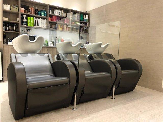 Mampara instal·lada per l'empresa Debama en una perruquería per a les mesures de seguretat pel coronavirus