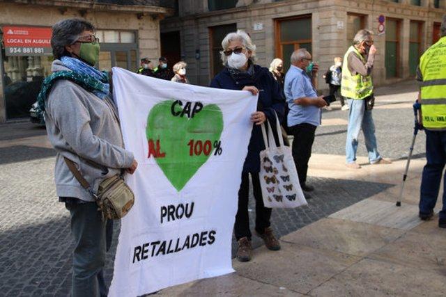 Dues dones sostenen una pancarta que crítica les retallades als CAP. Imatge del 17 d'octubre del 2020. (Horitzontal)