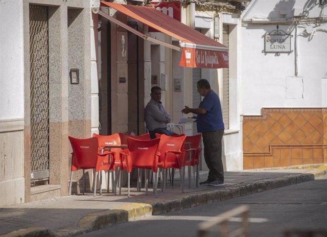 Un bar abierto al público en la segunda jornada de confinamiento por la alta incidencia del coronavirus en el muncipio de Casariche. En Sevilla (Andalucía, España), a 01 de octubre de 2020.