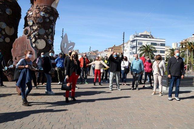 Pla general de restauradors concentrats a Cambrils per rebutjar el tancament de bars i restaurants. Imatge del 17 d'octubre del 2020 (Horitzontal).