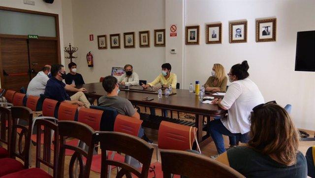 Los consejeros de Salud y Cultura de Melilla explican a los empresarios del ámbito cultural la medida que suspende todos los eventos dos semanas.