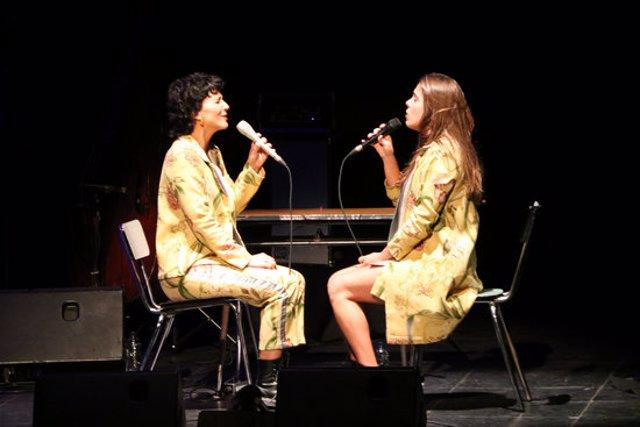 Pla general de Paula Grande i Anna Ferrer en un moment del concert al teatre Conservatori de Manresa. Imatge del 17 d'octubre del 2020. (Horitzontal