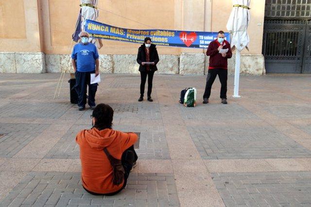 Pla general de les persones que han participat en la protesta a Tortosa per denunciar les privatitzacions i per defensar la sanitat pública. Imatge del 17 d'octubre del 2020 (Horitzontal).