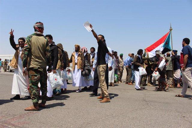 Prisioneros yemeníes liberados en un intercambio.