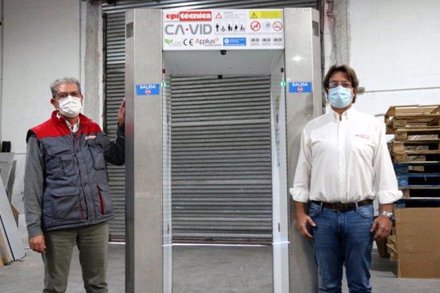 Imatge de Pablo Donadio i Francesc Roca, CEO i director comercial d'Epitécnica, amb un túnel desactivador el 16 d'octubre de 2020. (Horitzontal)