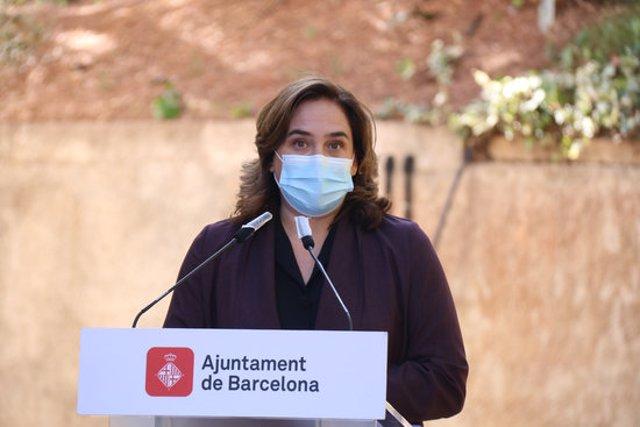 Pla mitjà de l'alcaldessa de Barcelona, Ada Colau, en una atenció a mitjans al centre per a persones sense llar de la Vall d'Hebrón. 15 d'octubre del 2020. (Horitzontal)