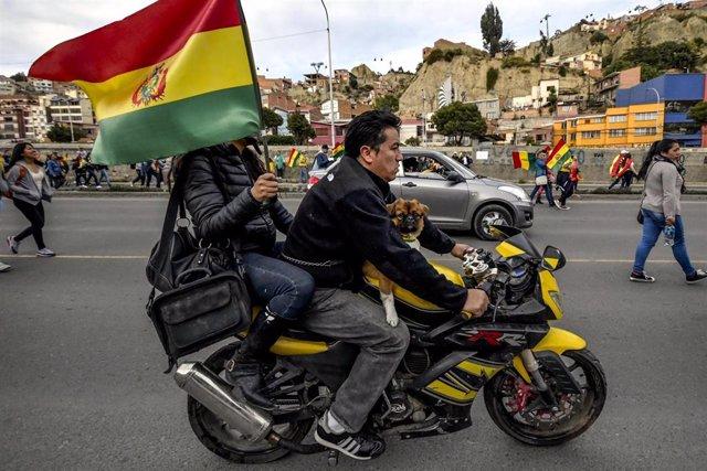 Motorista con la bandera boliviana en La Paz
