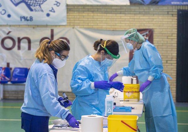 Sanitarios en la prueba de test antígenos para el cribado masivo de la detección del covid 19 en el municipio de Utrera. Sevilla (Andalucía, España), 15 de octubre del 2020.